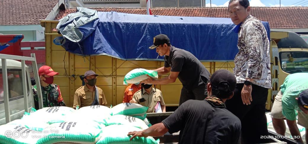 Beras Bantuan Pemkab Kediri Dikawal Ketat TNI