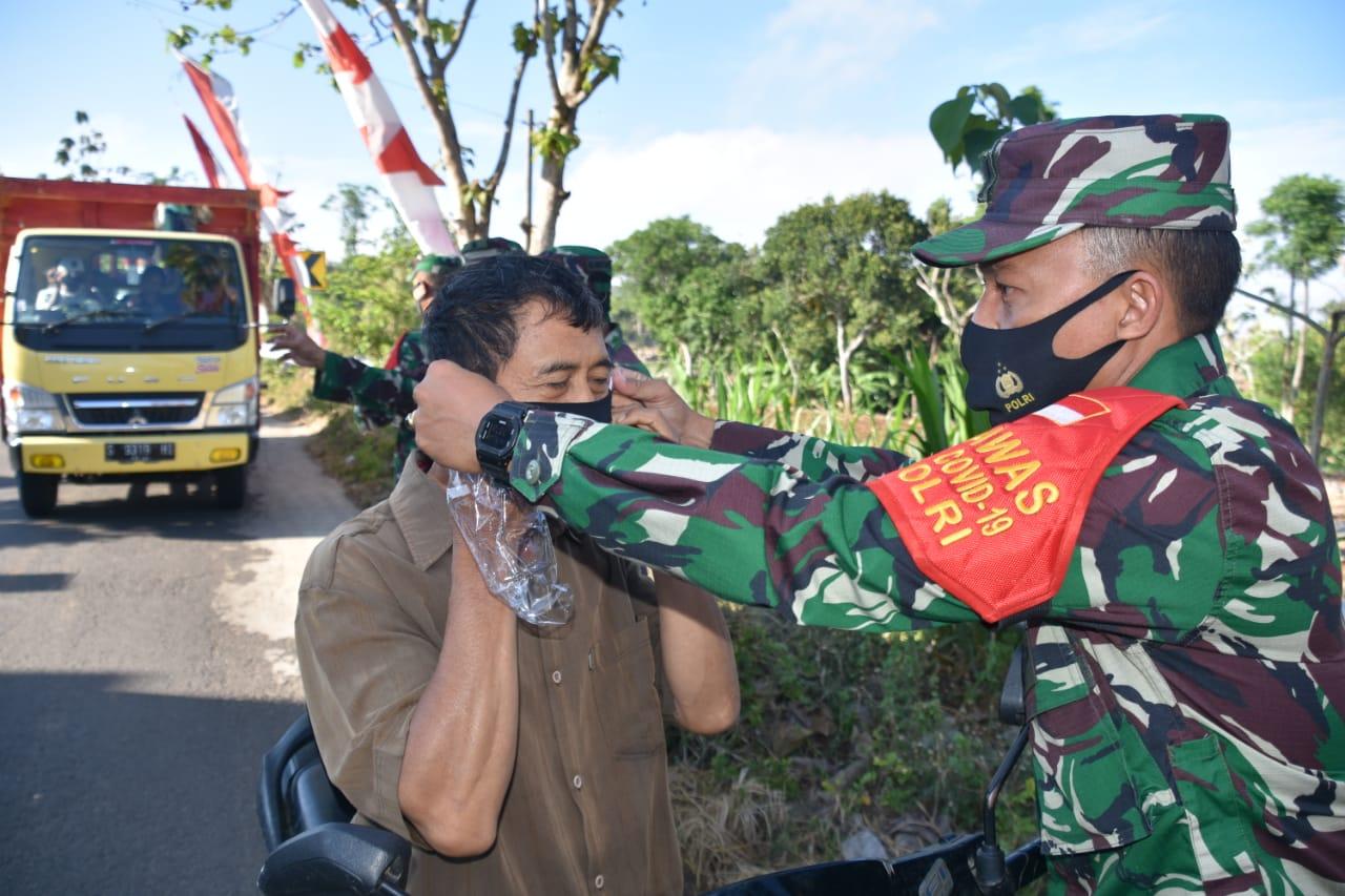 Bagikan Masker, Danrem 082/CPYJ Ingatkan Pesan Ibu